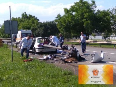 Відбійник «прошив» машину наскрізь: з'явилися світлини із жахливої ДТП на Буковині (ФОТО)