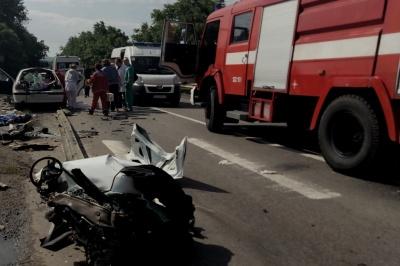 ДТП у Мамаївцях: рятувальникам довелося розрізати авто, щоб витягнути тіло загиблого (ВІДЕО)