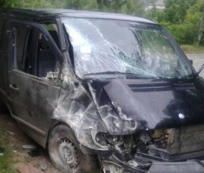 У Чернівецькій області мікроавтобус врізався у бетонну огорожу - у водія незначні ушкодження