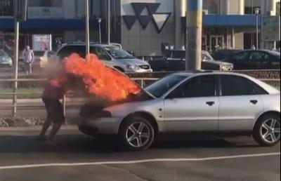 У Чернівцях посеред вулиці на ходу загорівся легковик: очевидці зняли відео