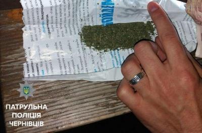 Поліція виявила «траву» у двох чоловіків у Чернівцях