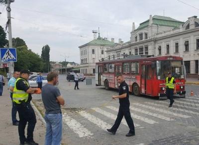 У Чернівцях у тролейбуса тріснуло колесо – постраждали четверо осіб