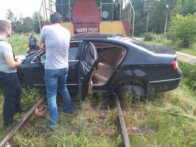 На Буковині потяг на переїзді врізався у легковик - водій травмований (ФОТО)