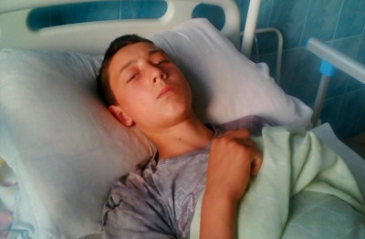 На Буковине 13-летний парень упал с дерева и тяжело травмировал позвоночник: родственники просят о помощи