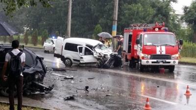 """В Черновцах возле  """"Кварца"""" произошло ДТП - есть пострадавшие (ФОТО)"""