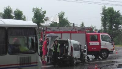 Рятувальникам довелося визволяти водія після ДТП у Чернівцях (ФОТО, ВІДЕО)