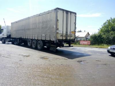 ДТП на Буковине: грузовик ударил легковушку, которую занесло на рынок