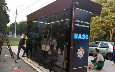 """У Маріуполі поліція встановила """"розумну"""" зупинку громадського транспорту"""