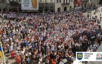 """Во Львове около 5 тыс. человек собрались на  """"мусорное"""" вече"""
