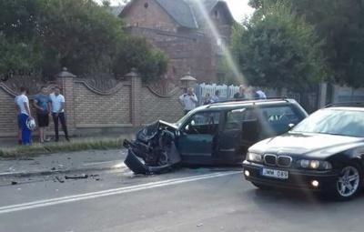 У Чернівецькій області Volkswagen на шаленій швидкості врізався у Mercedes S-класу