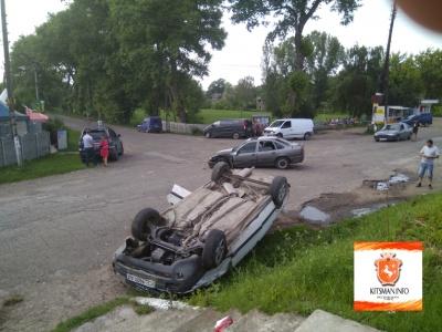 На Буковине автомобиль Audi перевернулся на крышу при обгоне «Опеля»: жертв нет (ФОТО)