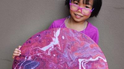 """5-летняя девочка создает  """"космические """" картины и отдает деньги на благотворительность (ФОТО)"""