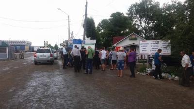 На Буковині жителі прикордонних сіл пікетували митницю на кордоні - вимагали збільшити об'єми безмитного ввезення товарів