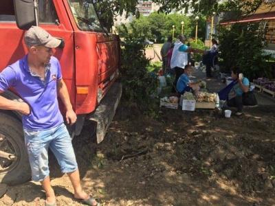 В Черновцах стихийники устроили торговлю на месте строительства Аллеи неравнодушия (ФОТО)