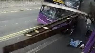 Автобус сбил мужчину, а тот встал и спокойно пошел в бар: зрелищное видео
