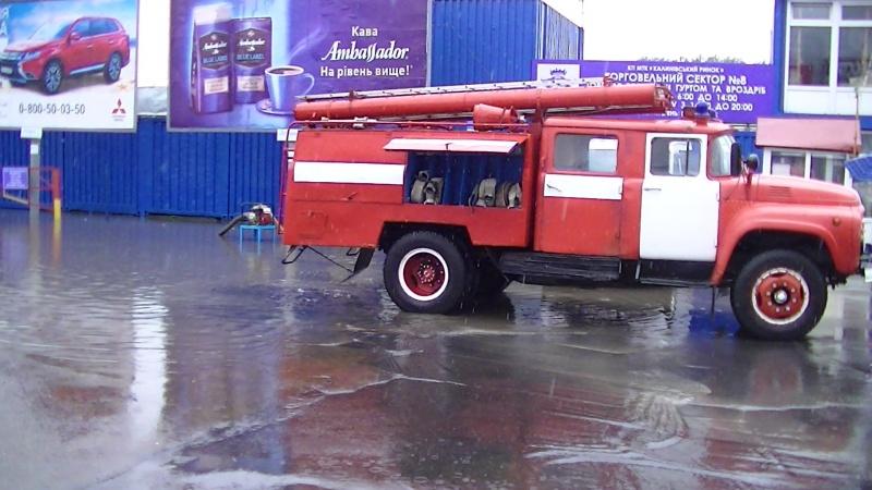 d3cc06eac9cc38 У Чернівцях підтопило Калинівський ринок: воду відкачували у трьох секторах