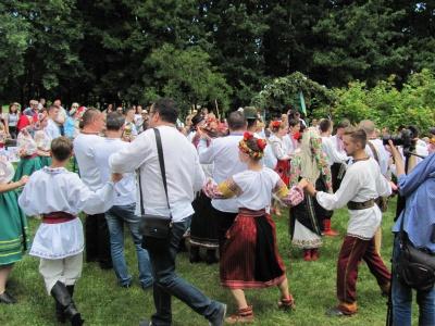 В Черновцах на фестивале производили три свадьбы - украинскую, румынскую и польскую (ФОТО)
