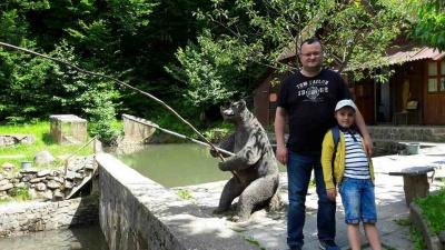 Мер Чернівців показав, як риболовив із сином та знайшов пам'ятник Францу Йосифу на Закарпатті