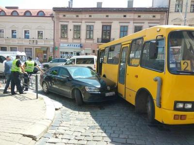 У Чернівцях під управлінням Нацполіції зіткнулись легковик і маршрутка (ФОТО)