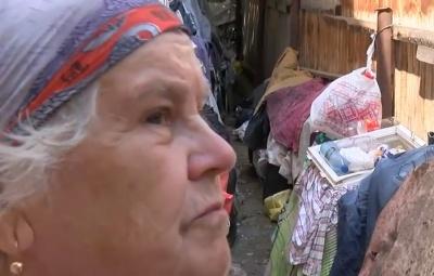Тонны мусора во дворе. В Черновцах пенсионерка превратила свой двор на свалку (ВИДЕО)