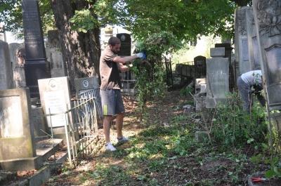 У Чернівцях волонтери з Німеччини, Швейцарії, Фінляндії та Румунії впорядковують єврейське кладовище