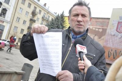 Журналіст пообіцяв привселюдно з'їсти свою газету, якщо у Чернівцях за його життя збудують тунель