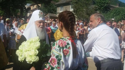 В селе Дорошивци на Буковине Патриарха Филарета встречали с 10-килограммовым караваем и белыми розами (ФОТО)