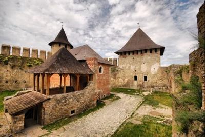 Керівництво Хотинської фортеці та будівельної фірми підозрюють у привласненні понад 500 тис грн