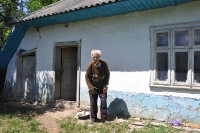 «Мне бы уже дожить»: о незрячем и беспомощном старике из Буковины забыли односельчане и родственники (ФОТО)