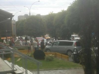 В Черновцах на микрорайоне возникла драка между таксистом и пешеходами, - очевидец