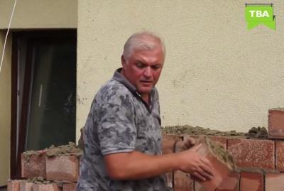 В Черновцах полиция составила протокол на депутата Чесанова, который валил стену, что закрыла окна его отеля