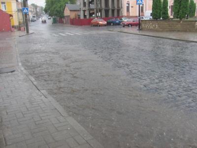 В Черновцах прошел ливень, сильные осадки прогнозируют на ночь (ФОТО)