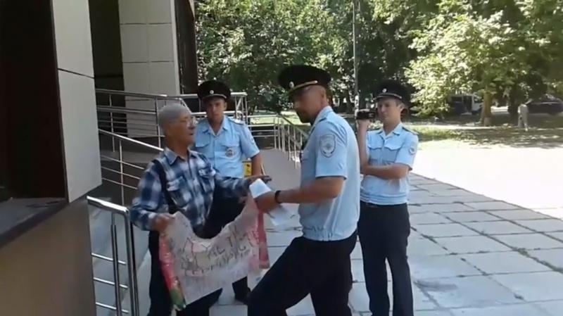 У Сімферополі затримали літнього кримськотатарського активіста заодиночний пікет на підтримку Чийгоза