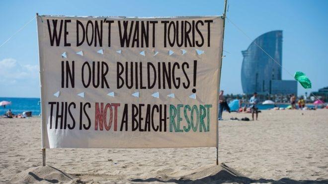 Жителі Барселони влаштували акцію протесту проти туристів