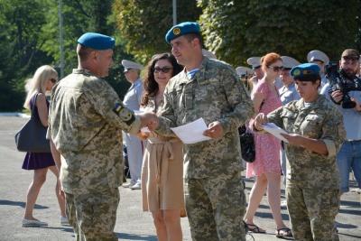 Мерія Чернівців нагородила десантників з нагоди їх професійного дня