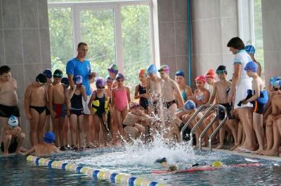 Можуть проплисти на спині або на грудях 25 метрів. За два місяці чернівецькі школярі навчилися плавати (ФОТО)
