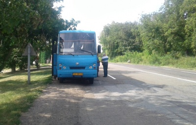 На ходу відлетіло колесо. На Буковині легковик врізався у рейсовий автобус (ФОТО)