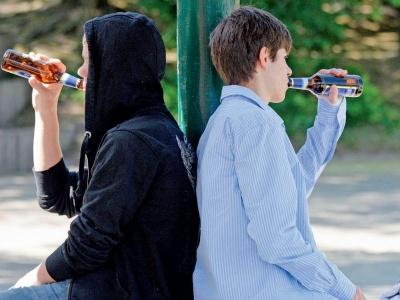 У центрі Чернівців група малолітніх осіб розпивала алкоголь: після приїзду поліції діти втекли