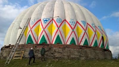Художники почали розфарбовувати купол станції «Памір» на Буковині - у мережі з'явилися фото