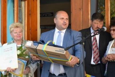 Без алкоголю, але з нардепами партії Порошенка. ЗМІ розповіли деталі весілля сина голови Чернівецької облради