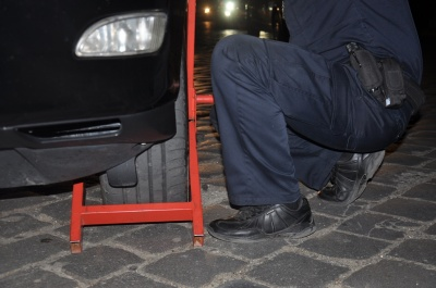 У центрі Чернівців поліція оштрафувала «Лексус», що припаркувався впритул до «зебри»