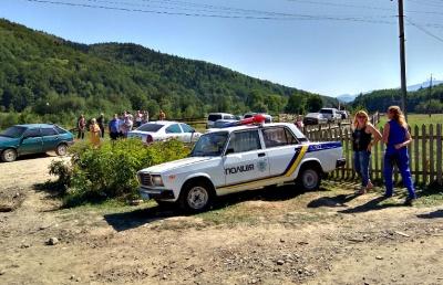 У Чернівецькій області під час акції протесту селяни виштовхали автомобіль поліції (ВІДЕО)