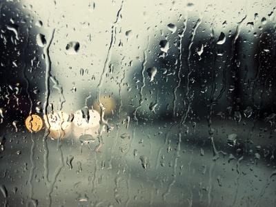 Злива, велетенський град і мокрий сніг: якої шкоди завдала негода на заході України