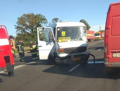 Поблизу Чернівців мікроавтобус зіткнувся з маршруткою (ФОТО)