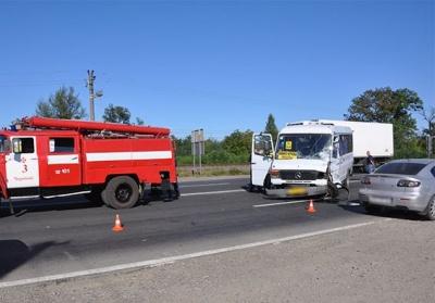 Внаслідок ДТП під Чернівцями травмувалося двоє пасажирів маршрутки, - поліція