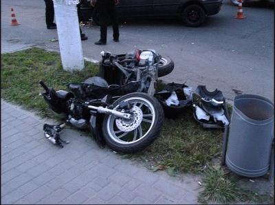 """""""Гольф"""" і мотоцикл зіштовхнулися на Буковині"""
