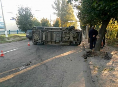 «Бус» перекинувся після зіткнення з деревом. У поліції повідомили деталі ДТП на вулиці Хотинській у Чернівцях