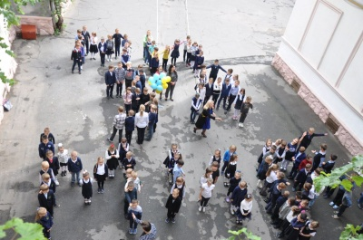 В Черновицкой гимназии провели флешмоб ко Дню мира