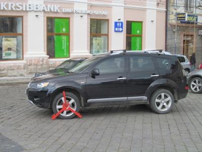 В центре Черновцов посреди дороги оставили джип