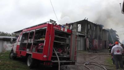 Огонь распространился на 400 кв.метров - спасатели о пожаре в гаражах